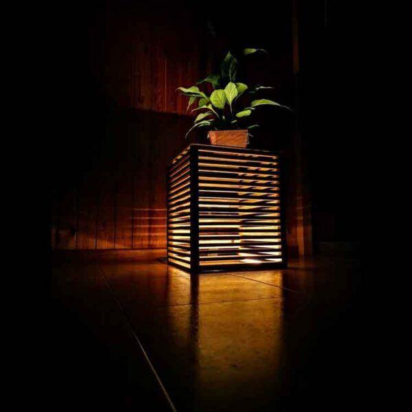 Mesita de madera con luz