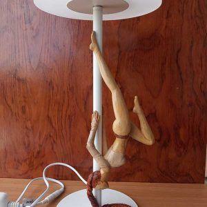 Lámpara con bailarina de madera