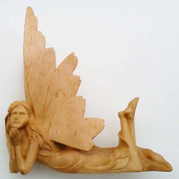 figura de madera, talla de madera hada tumbada, decoracion, regalos artesanales
