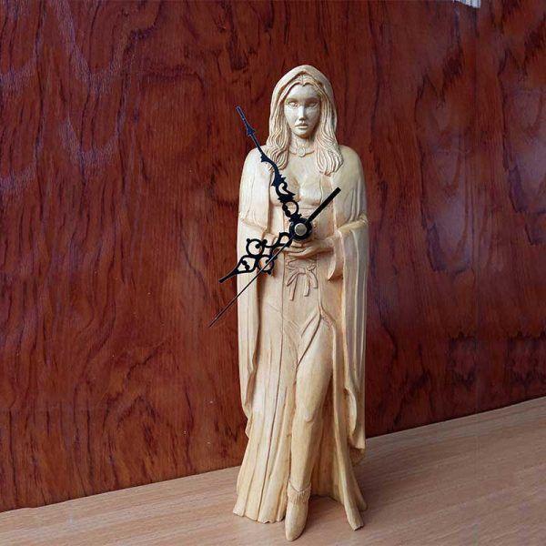 Bruja de madera tallada a mano