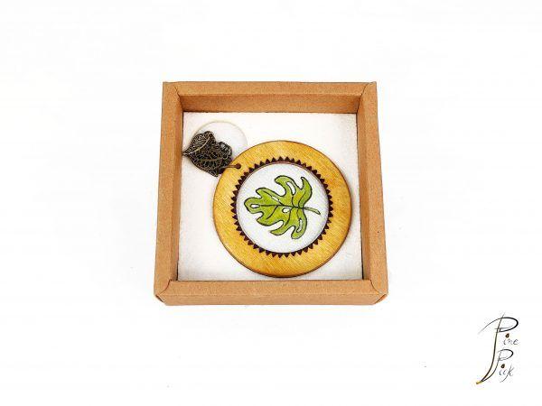"""Colgante """"Monstera"""" artesanal realizado en madera y seda pintada a mano"""