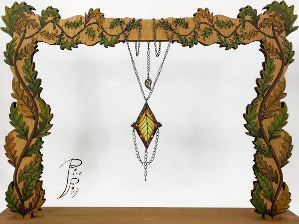 """Colgante artesanal """"Hoja"""" realizado en madera y seda pintada a mano."""