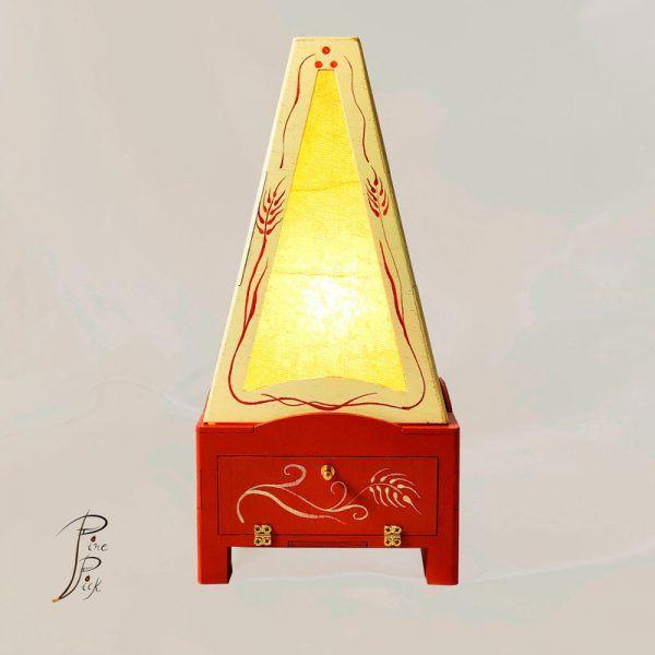 Lámpara artesanal realizada en madera y pintada a mano.